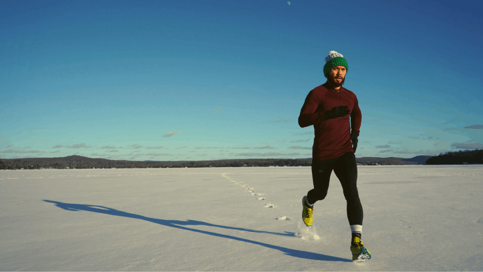 Check out what to wear running outside in different temperatures. From cold weather running to summer, fall, spring or running in the rain – here is your guide to running gear for every weather. #whattowearrunning #runninggear #runningtips