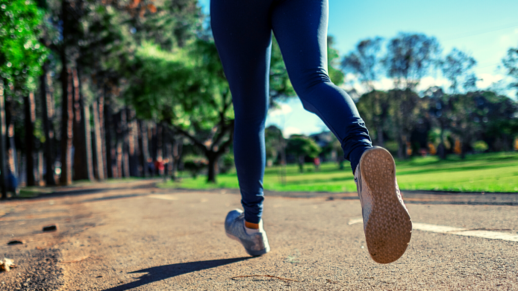 Here's how to break in running shoes quickly and avoid aches and pains. New running shoes are a great boost of motivation for all runners! Make the transition from old to new seamlessly. #runningshoes #newrunningshoes #breakinnewshoes