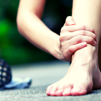 A niggle injury can be incredibly frustrating. Here are 6 tips to heal your running niggle, plus how to tell if it's a niggle or full-blown running injury. #niggle #niggleinjury #runninginjury