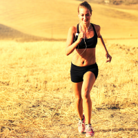 Running in the sun presents some dangers, but can be completed safely with a few precautions. Here are 4 tips to safely run in the sun! Stay cool this summer with hot weather running. #runninginthesun #hotweatherrunning